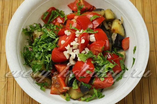 Добавляем свежие помидоры, чеснок, зелень
