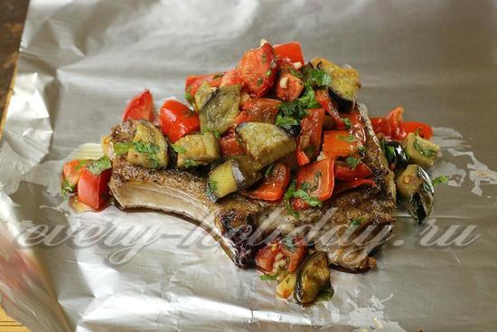 выложить мясо и овощи на фольгу