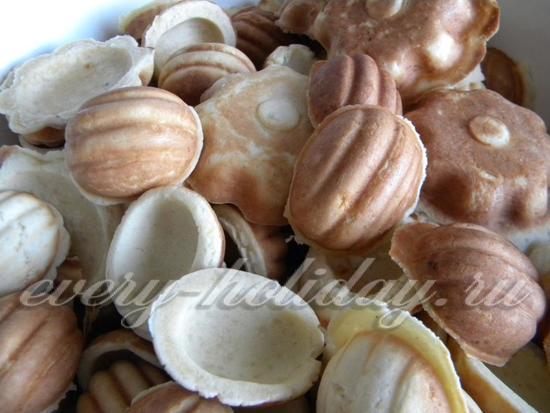 Сложите половинки орешков в миску