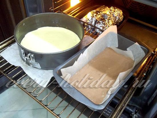 Тесто разлито по формочкам для выпекания