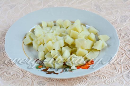 Нарезать отваренную картошку
