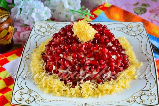 По краю салата выложить сыр