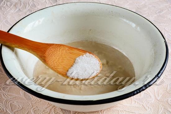 Всыпать в воду дрожжи, сахар, соль
