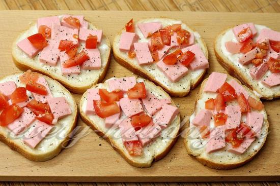Как сделать бутерброды с колбасой и помидором