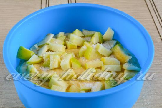 Вылить тесто и выложить яблоки