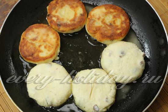 обжариваем сырники в масле до готовности