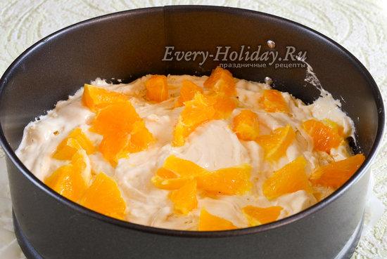 Выложить тесто и апельсин