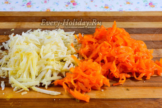 Натереть морковку и картошку
