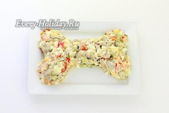 Выложите салатную массу в виде косточки