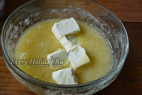 соедините яйца с маслом