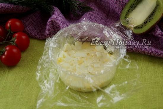 выложить слой яйца, смазать майонезом