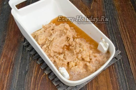 поместить тертый картофель в миску