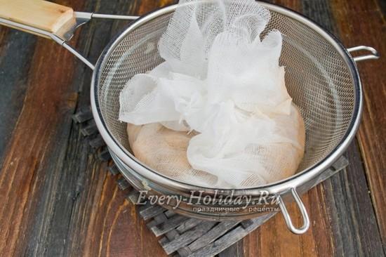 поместить тертый картофель в марлю и отжать от воды