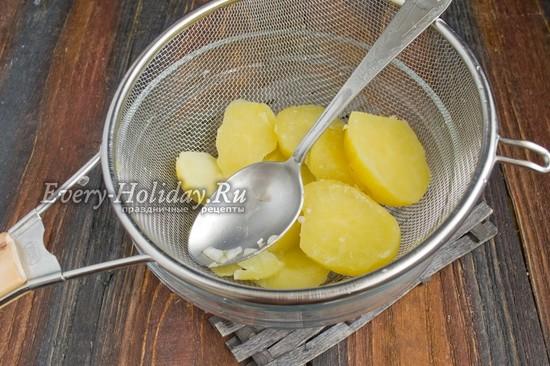 вареный картофель перемолоть в мясорубке