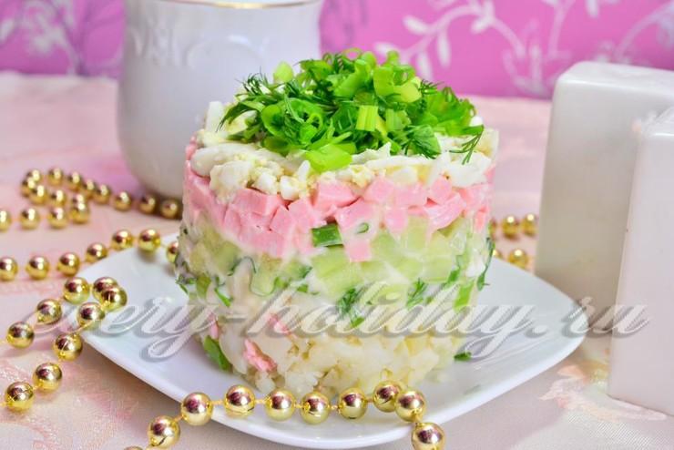 Слоеный салат с огурцом и колбасой