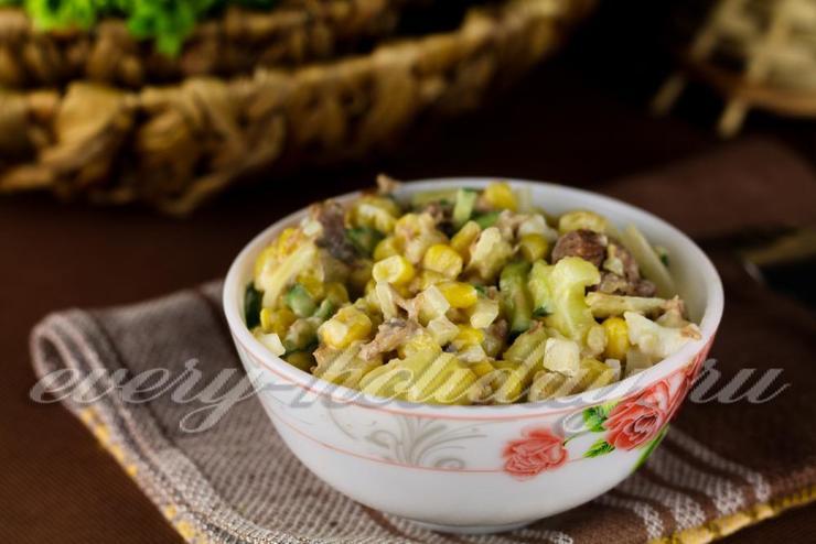 Салат с рыбными консервами, огурцом и картошкой