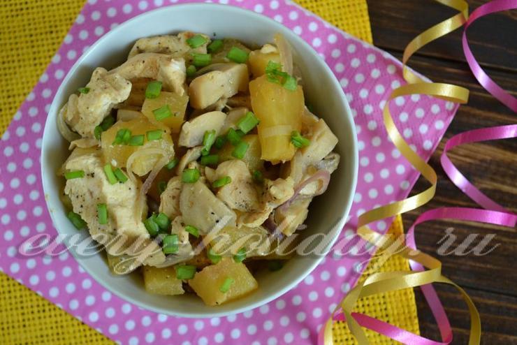 Куриное филе с грибами и ананасом