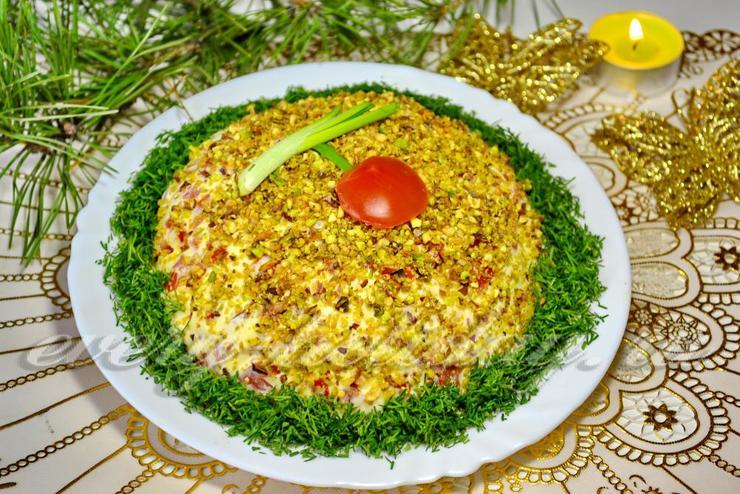 Салат с фисташками, курицей и сыром