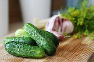 Малосольные огурцы в пакете с чесноком: рецепты с фото пошагово