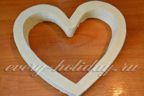 вырезать основу для торта из конфет в форме сердца
