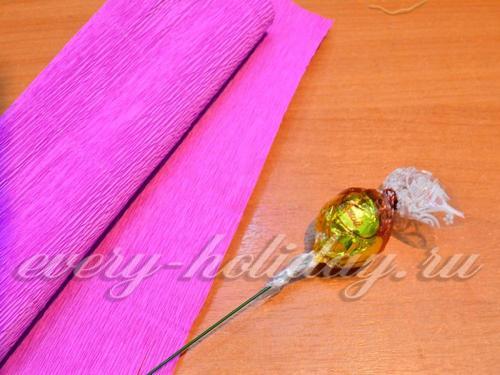 Для того чтобы сделать цветы из гофрированной бумаги с конфетами необходимо взять конфетку, один хвостик от обертки плотно закрутить на проволоку