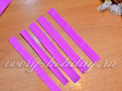 Бумагу нарезать на полоски, длиной примерно 10 – 12 см, а шириной 1,5 см.