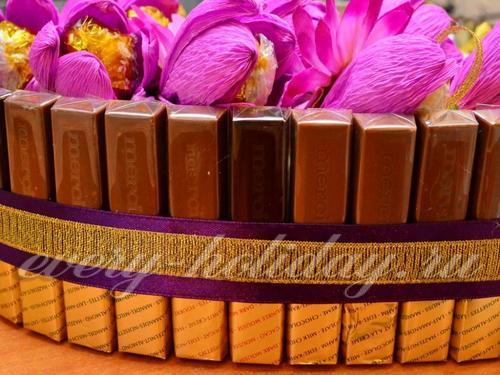 Бока торта из конфет задекорировать лентами в тон композиции