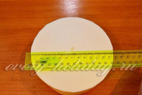 Из пенопласта вырезать круг необходимого размера