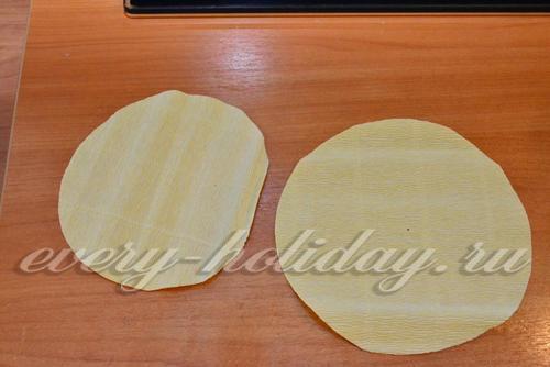 Из гофры светлого цвета вырезаем два круга, равного диаметру заготовки.