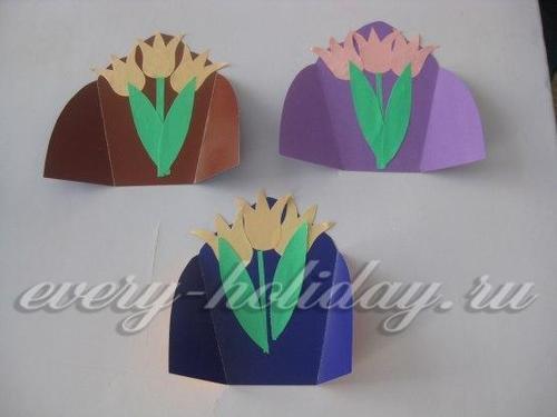 Ориентируясь на головки цветов, приклеить стебель к центральному тюльпану, а по бокам от стебля разместить листья