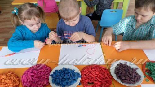 Чтобы бусы получались яркими и необычными, макаронины желательно чередовать по цвету и форме
