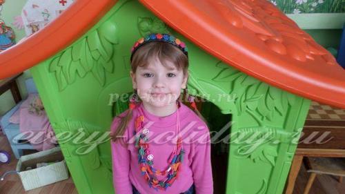 По желанию разноцветными макаронными изделиями можно украсить ободки и заколки