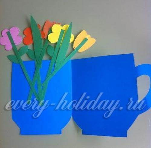 С левой стороны приклеивают цветы, составляя из них букет