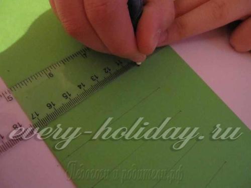 Карандашом (еле заметно) разлиновать лист, не доводя до кромки 2 см