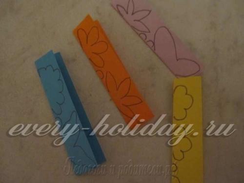 Листы цветной бумаги сложить пополам