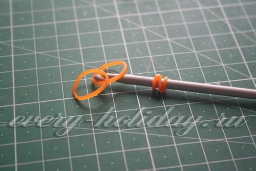 Еще одну резинку оранжевого цвета трижды накрутим на крючке