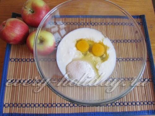 соединить кефир, яйца и сахар