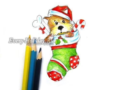. Голубыми карандашами создаем блики на белых участках носка и шапки, а также на праздничной атрибутике