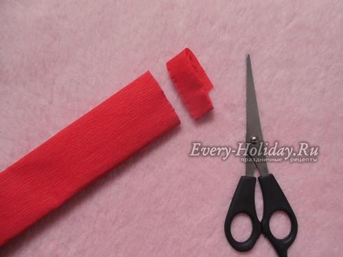 От рулона гофрированной бумаги отрежьте ленту