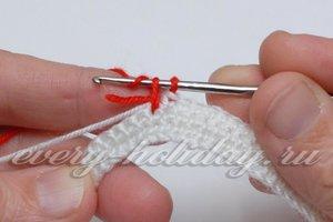 Потом сверху над белой ниткой и кончиком красной ведем крючок за второй петелькой