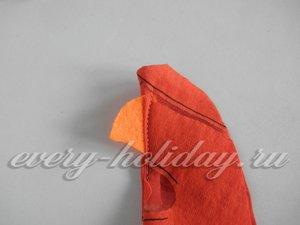 начинайте сшивать петушка извне, вставив между тканью фетровый клюв
