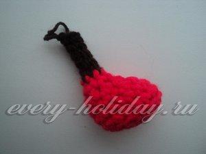 Добавляем в вязание коричневую нить