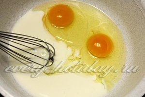 Взбиваем кефир и яйца