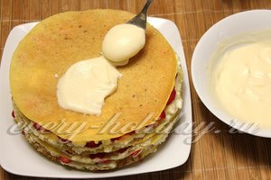 Смазываем торт кремом