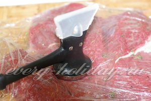 мясо отбейте молотком