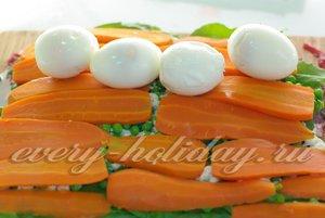 разложите варёные яйца