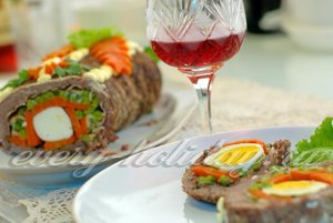 Рецепт рулета из говядины с беконом, горошком и яйцами