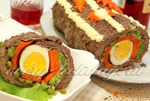 Рулет из говядины с беконом, горошком и яйцами