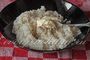 рис отварить, добавить майонез