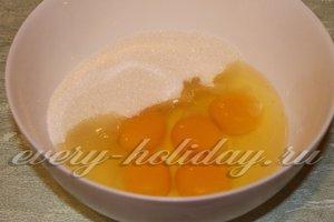 соеденить яйца и сахар